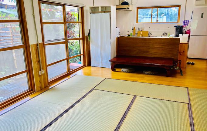 寝室から見えるキッチン
