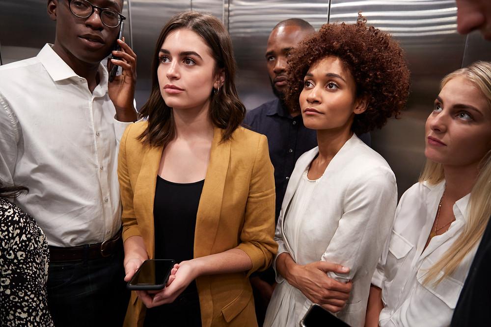 Люди в лифте смотрят на рекламу