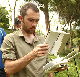 Diseñador gráfico, operador de dron, operador de cámara