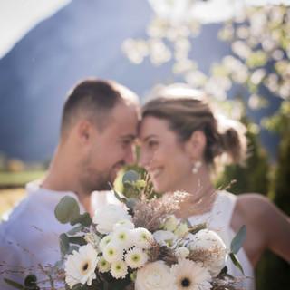 Brautpaar mit Brautstrauß im Vodergrund