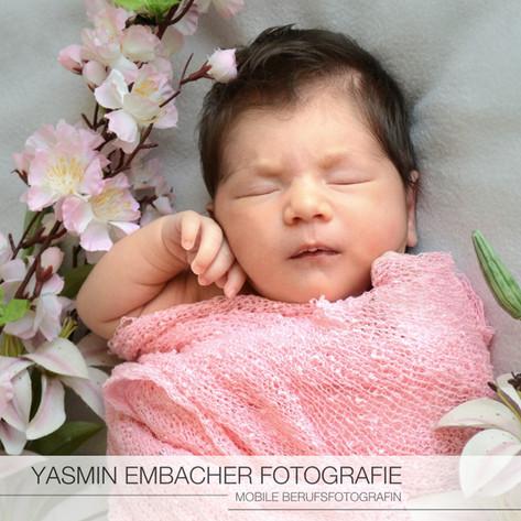 Baby mit Blumen