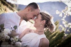 Brautpaar, das sich liebevoll ansieht