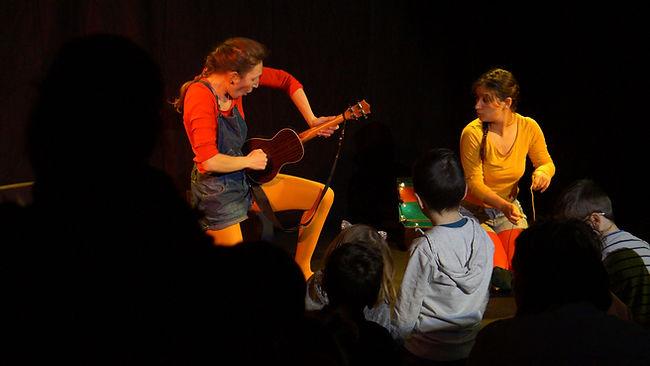 Delphine Thouilleux et Angélique Laroque dns Voyage sur le dos d'une Tortue pourle collectif Konsl'Diz. Crédit photo : Lily Lavial