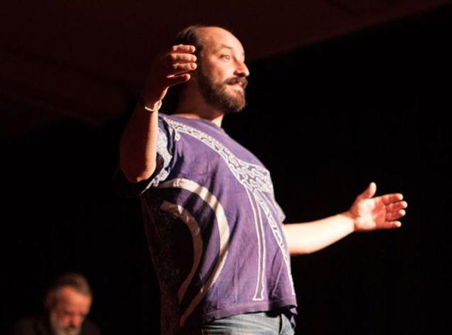 Fred Lavial dans l'Arbre qui Chante pour le collectif Konsl'Diz. Crédit photo : Marie Hebelynck