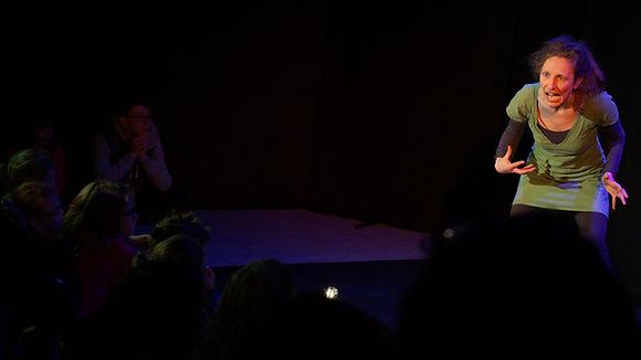 Dephine Thouilleux dans Les Histoires du Pays du Nord du monde pour le collectif Konsl'Diz. Crédit photo : Lily Laval