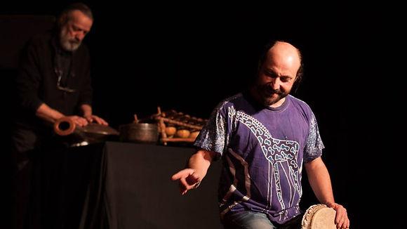 Stan Montagnon et Fred Lavial dans l'Arbre qui Chante pour le collectif Konsl'Diz. Crédit photo : Marie Hebelynck