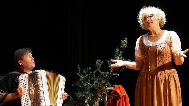Pascale Gingène et Marie-Pierre Touron dans Le Manteau Rouge pour le collectif Kons'Diz. Crédit photo : Lily Lavial