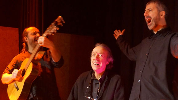 Fred Lavial, Stan Montagnon et Enrique Parthenay dans Rouge ! pour le collectif KonslDiz. Crédit photo : Frédéric Bardel