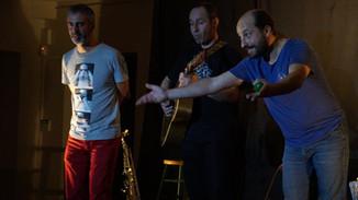 Enrique Partheay, Frédéric Bardel et Fred Lavial dans Veillée e pays pour le collectif Konsl'Diz. Crédit photo : Lily Lavial
