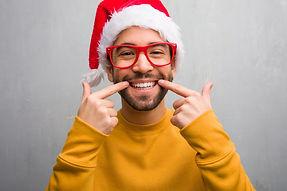 hombre-joven-que-celebra-dia-navidad-reg