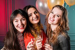 amigas-sonriendo-fiesta-ano-nuevo_23-214