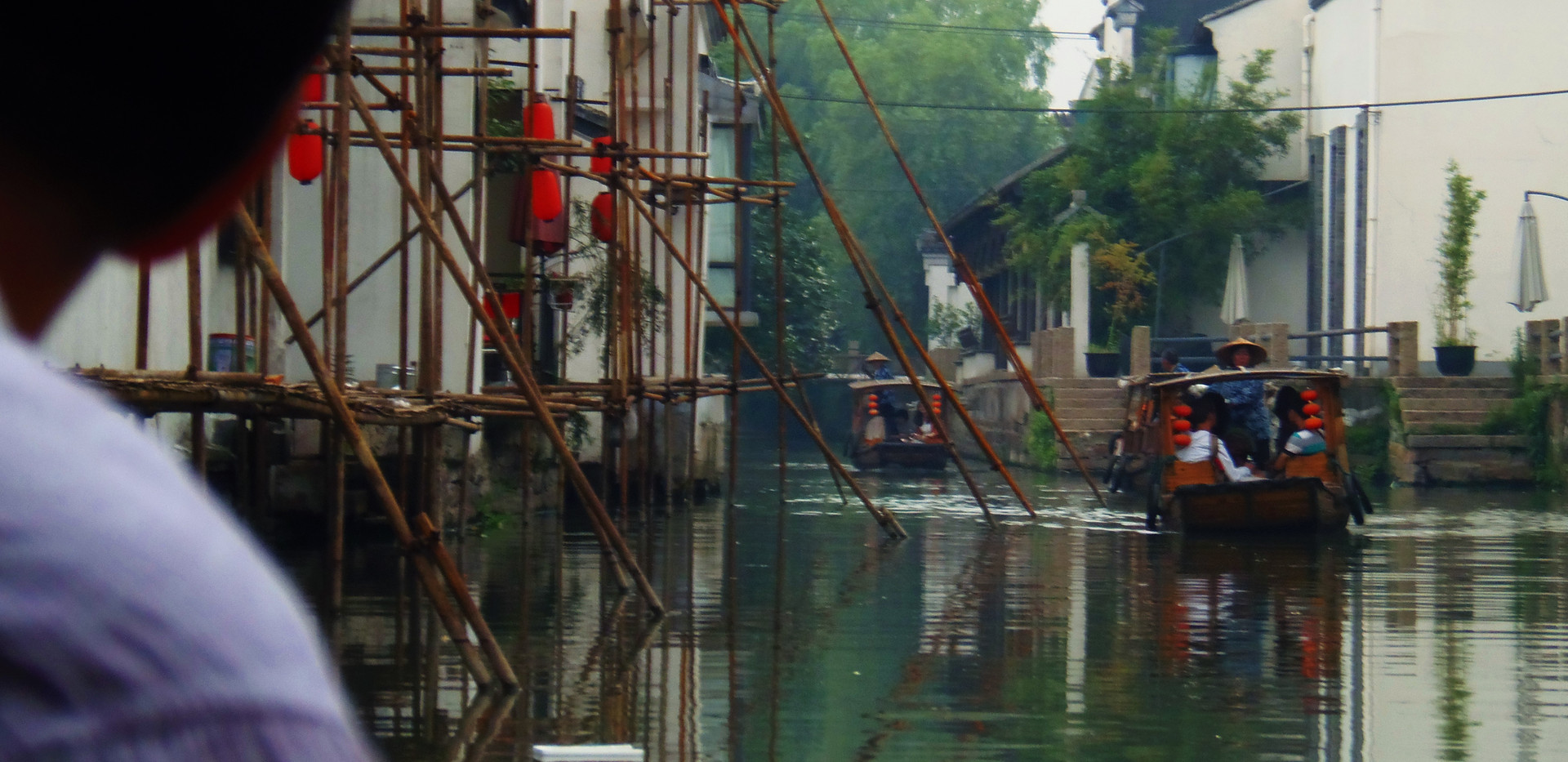 (坐船游览苏州古运河) A Boat Ride Through the Canals of Suzhou