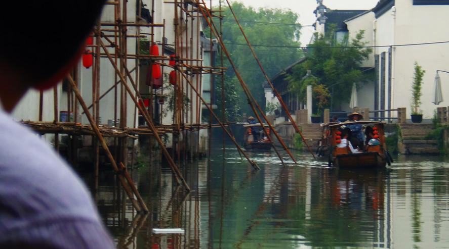 (坐船游览苏州古运河) A Boat Ride Through the Canals of Suzhou