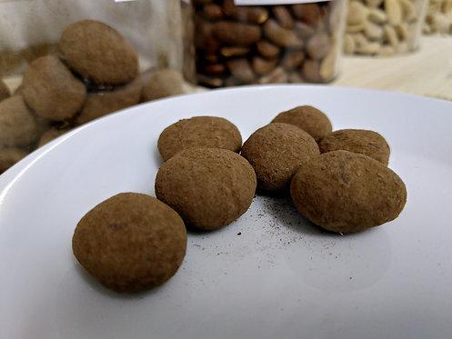 Marcona-Mandeln in weißer Schokolade und Kakaomantel