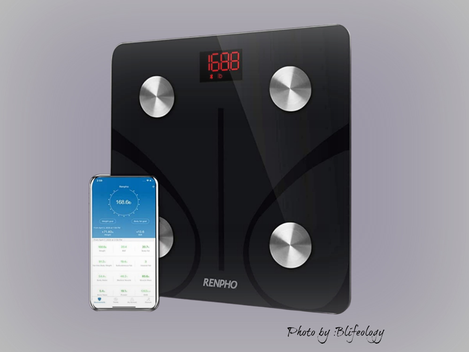 TRACK YOUR WEIGHT WITH  THIS  COOL  DIGITAL SCALE