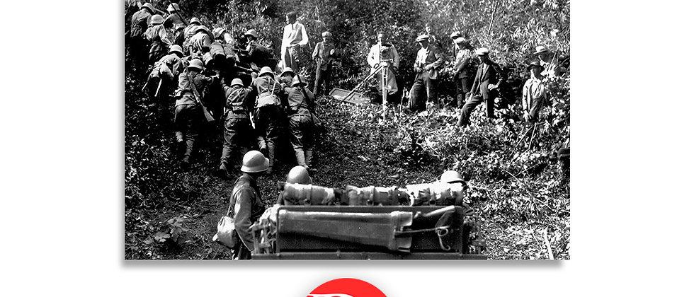 Soldati in difficoltà durante un impervio passaggio di montagna anno 1928 c.a.
