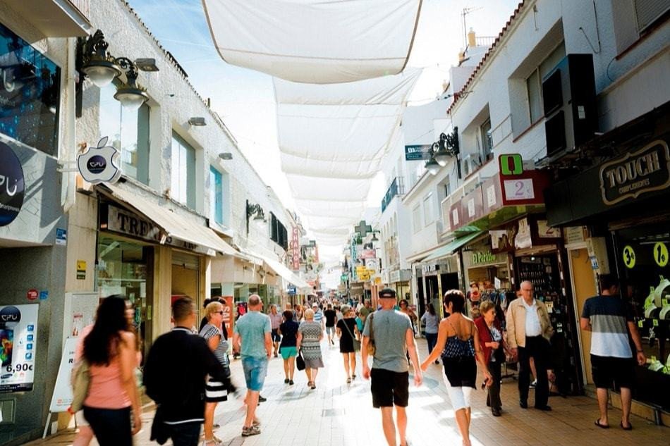 Baladez-vous-dans-la-rue-San-Miguel-à-Torremolinos-Malaga