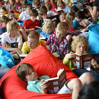 Utrecht 5 Children reading at one of Utr