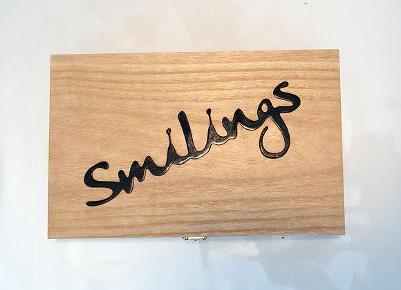 Smilings Geschenkbox aus Holz mit Metallschriftzug
