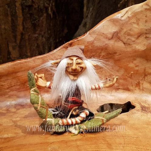 Lars meditating mediteren duende pixie kabouter gnome handmade ooak handgemaakt poppetje beeldje figurine puppet