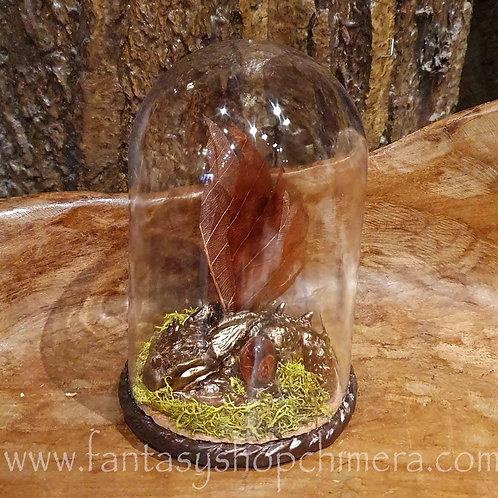 sleeping cutie dragon in bell jar fantasy figurine draak in stolpje ooak draakje draken beeldjes beeld