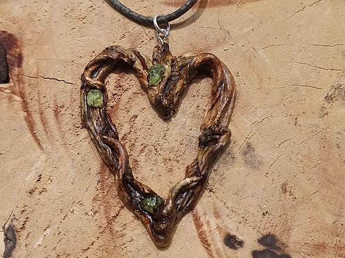 rooted heart necklace pendant peridot olivijn hout wood hart hartvormige hanger