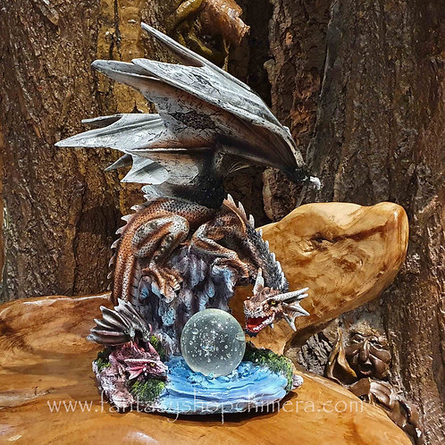 watching over dragon crystal ball figurine drakenbeeld draak bol water rots fantasy