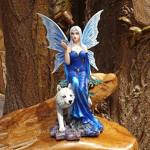 Lupina fairy with wolf elf met een wolf beeld figurine fantasy art