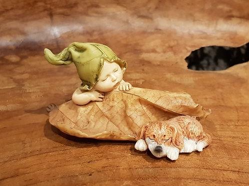 forest baby fairy with dog autumn leaf figurine elfje herfstblad slapend hondje
