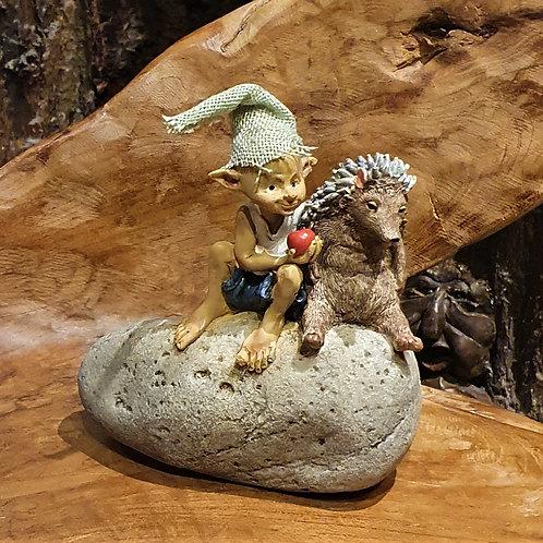 Sharing is caring pixie hedgehog figurine egeltje kabouter beeldje