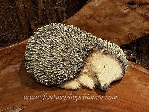 Mama hedghog sleeping slapend egeltje tuindecoratie beeldje figurine