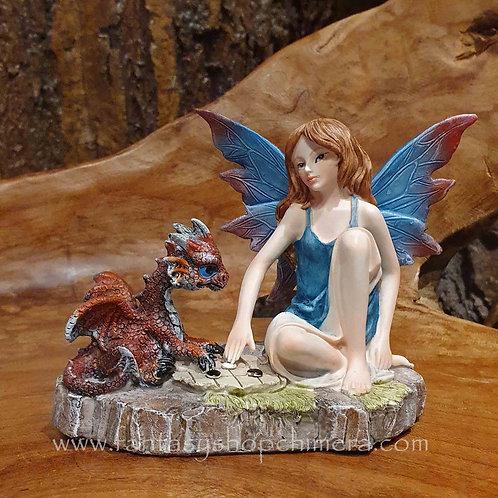 Game time fairy dragon playing figurine elfje met draak spelletje spelend fee beeldje