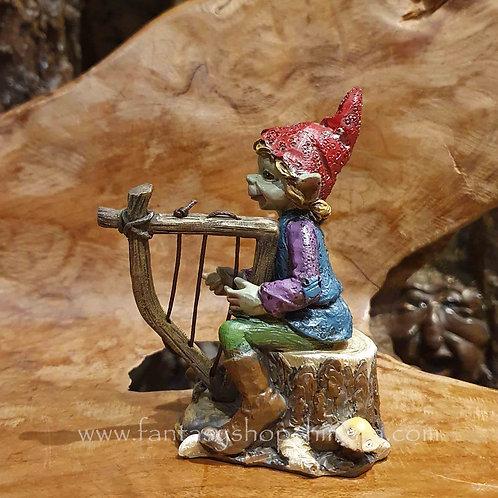 pixie playing harp figurine instrument music speelt op harp muziekinstrument