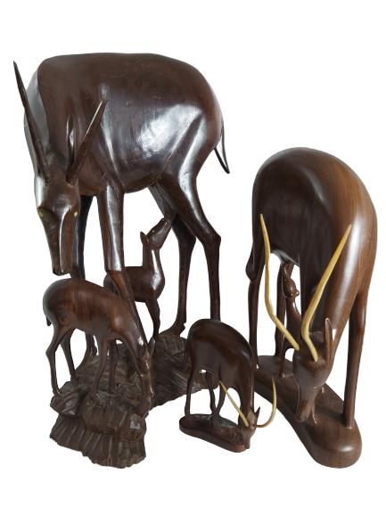 Lot d'antilopes et leurs petits en bois exotique.
