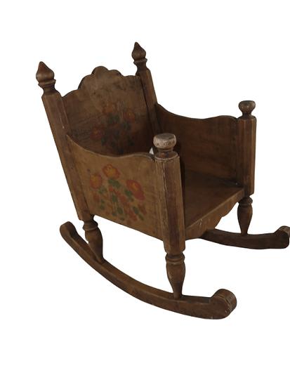 Petite chaise à bascule jouet.