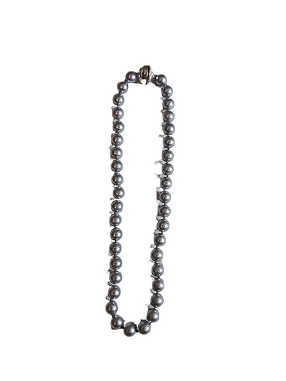 Collier en perles grises.