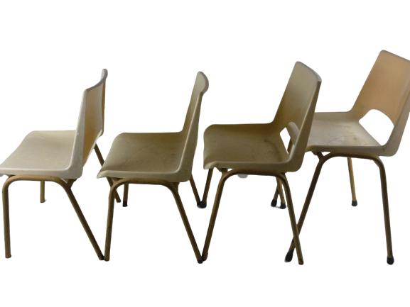 Ensemble de quatre petites chaises vintages pour enfants.