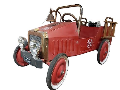 Ancienne voiture de pompier à pédales.