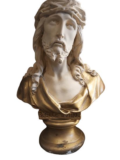 Jésus en plâtre sur socle.