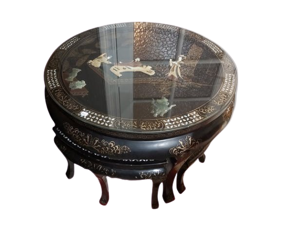 Table chinoise et tabourets.