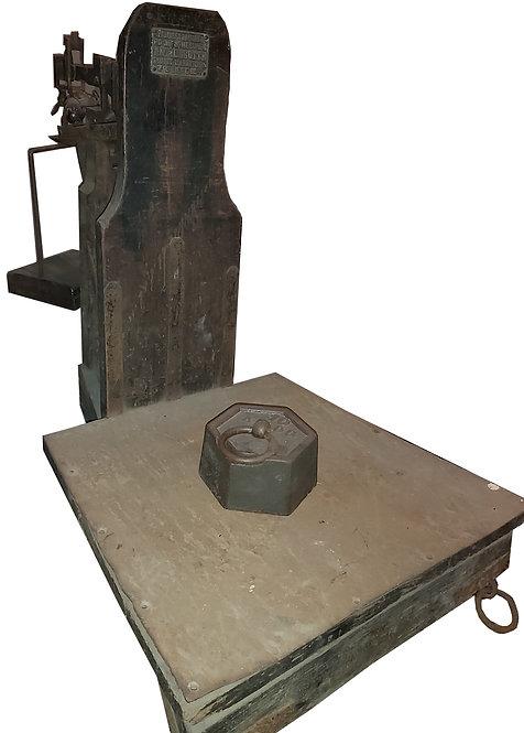 Ancienne balance à bascule avec son poids de 10kg.