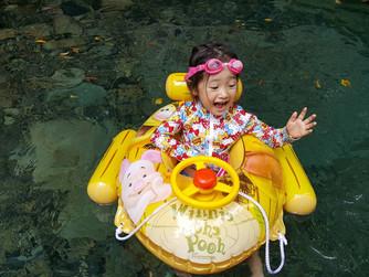 残暑お見舞い申し上げます。奄美から涼しさをお届けします。川で遊ぶ子供の姿は,今も昔も一緒です。奄美は山・川・海,まだまだ元気に輝いています。