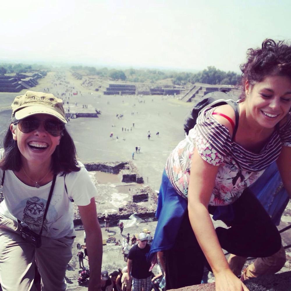 Io e Fabia stiamo scalando la piramide della Luna.