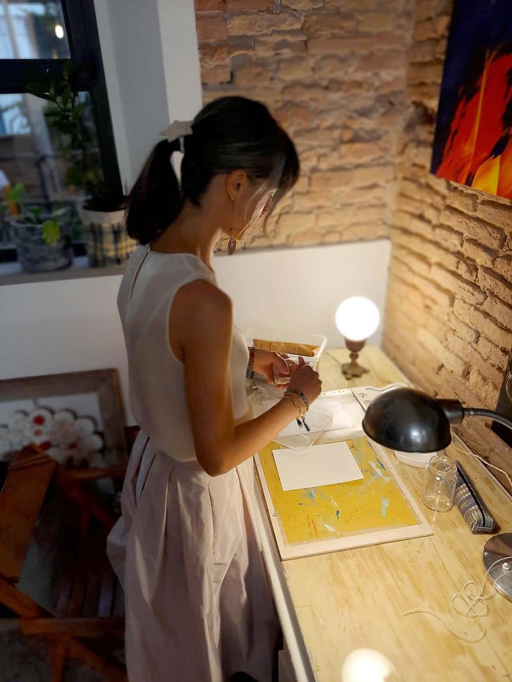 Eleonora si prepara per fare la consulenza dei ismboli per l'anima
