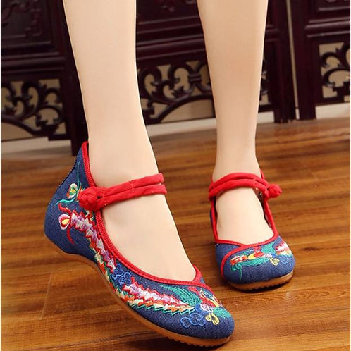 Elegant embroidered shoe with low heel, coloured strap and bird
