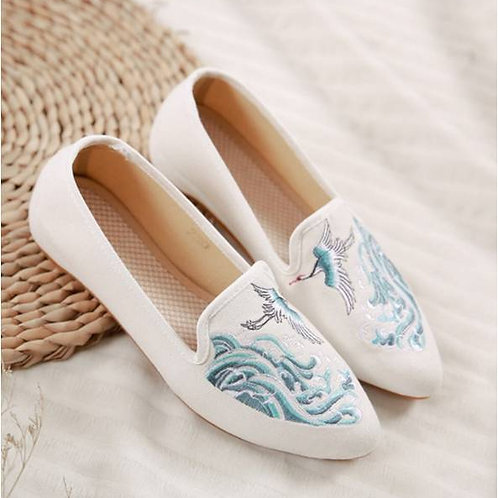 Elegant embroidered slip on shoes with low heel and crane design