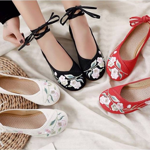 Elegant embroidered shoe with low heel, optional ankle straps and flower design
