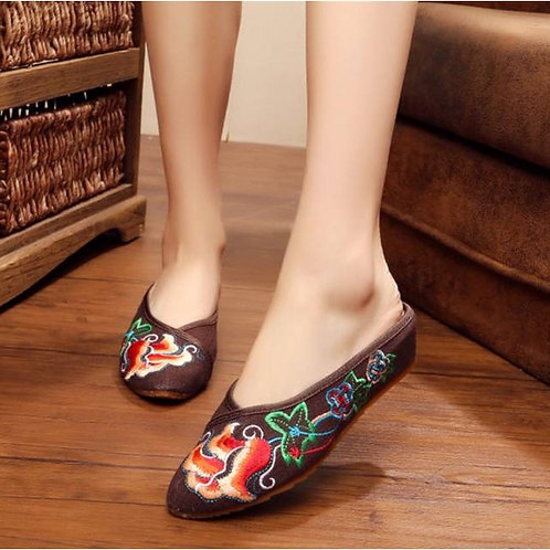 Elegant embroidered slip on shoe with low heel and rose design