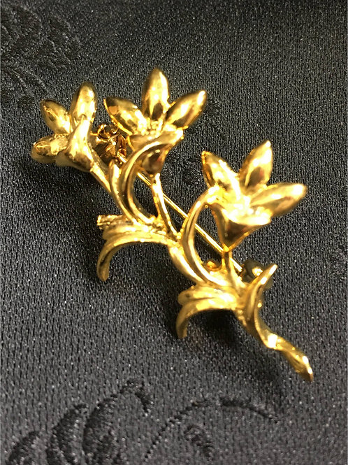 Goldplated Brooch showing three flowers
