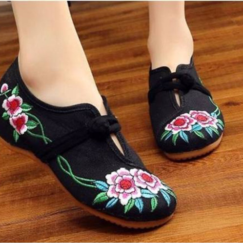 Elegant embroidered shoes with low heel, toggle fastening, non-slip, with flower